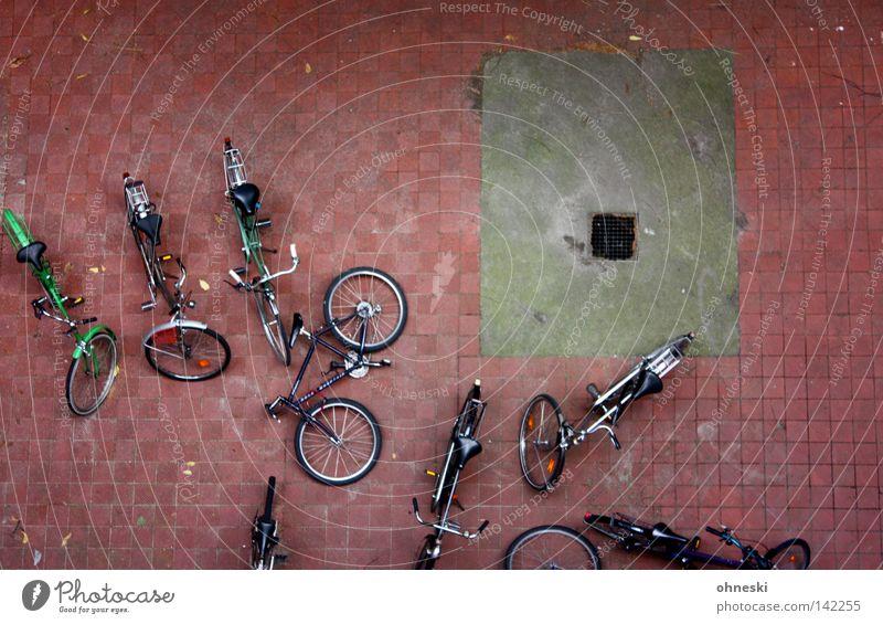 Die Räder im Hof ruhig Einsamkeit Stein Fahrrad Pause Freizeit & Hobby Verkehrswege Reifen Parkplatz parken Hinterhof Abfluss Pflastersteine Tatort umgefallen