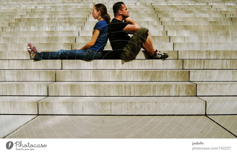 Bln 08 | Langeweile Lebewesen Mann Frau Treppenabsatz anlehnen abstützen Beton Sauberkeit beige weiß Profil quer T-Shirt Hose Shorts Schuhe Silhouette maskulin