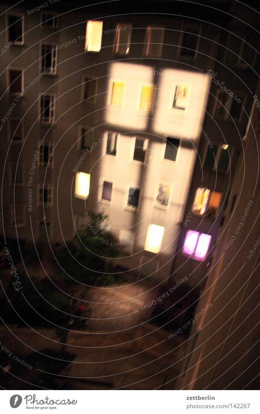 Nacht von oben Fenster Fassade Haus Hof Hinterhof Stadthaus Fensterkreuz Nachtlicht Licht Lichterscheinung Erscheinung Lampe Beleuchtung erleuchten Erkenntnis