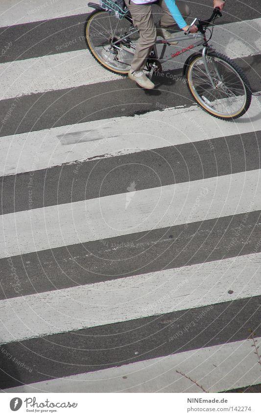 StripeRide Mensch weiß Stadt Freude Straße Spielen grau Fahrrad Freizeit & Hobby Beton Verkehr Geschwindigkeit Aktion Streifen Asphalt Hose