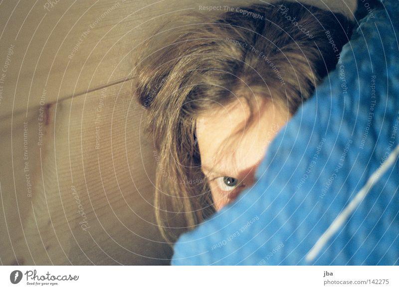 scheu Frau Mensch Jugendliche Auge Wand Holz Angst Müdigkeit verstecken Decke Schüchternheit spät zerzaust