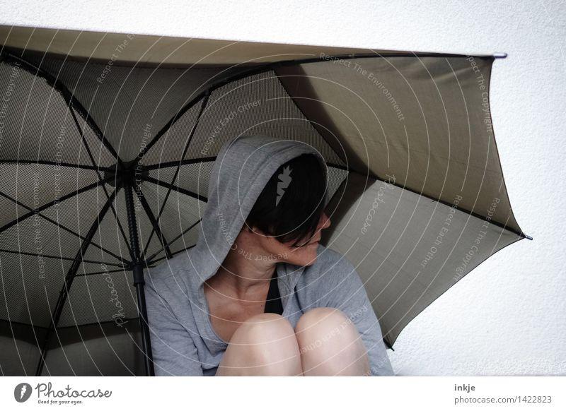 alles grau in grau Lifestyle Freizeit & Hobby Frau Erwachsene Leben Gesicht 1 Mensch 30-45 Jahre Kapuzenjacke Regenschirm hocken Traurigkeit kalt trist Gefühle