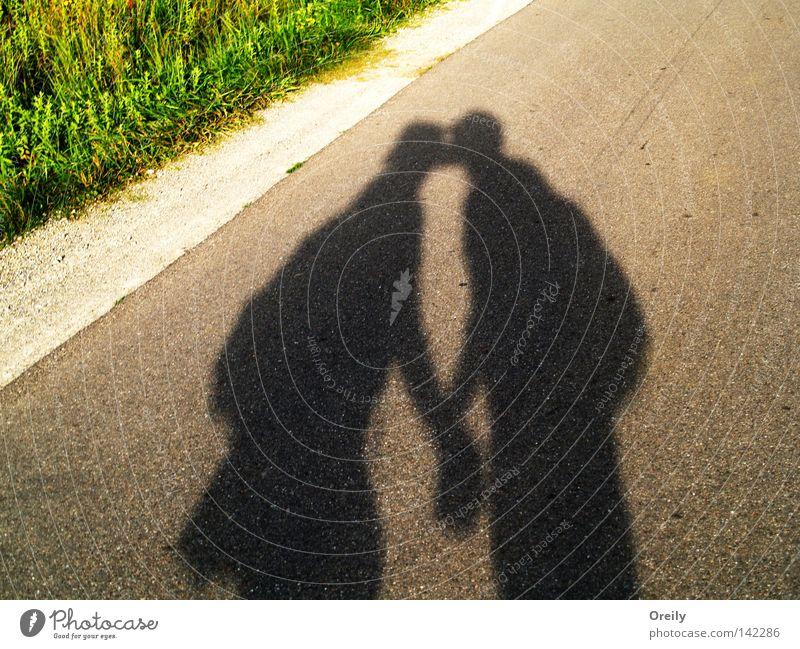 Schmatzer Liebe Küssen Geborgenheit Schatten Straße Paar Mann Frau paarweise Liebespaar Zusammensein Partnerschaft Vertrauen Zuneigung harmonisch Glück