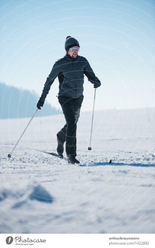 Junger Mann beim Langlaufen Mensch Natur Jugendliche Winter Wald kalt Erwachsene Leben Bewegung Schnee Sport maskulin Freizeit & Hobby Kraft Ausflug