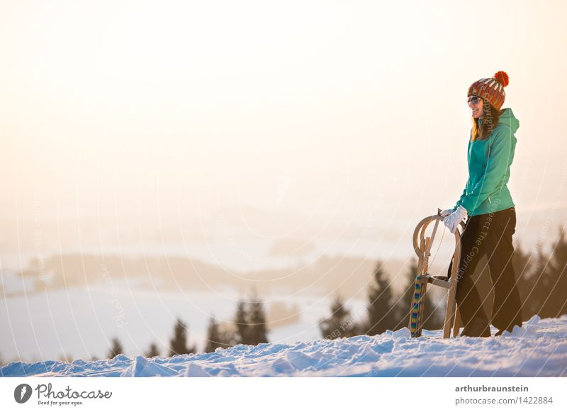 Frau mit Schlitten Mensch Natur Jugendliche Junge Frau Landschaft Freude Winter Wald kalt Erwachsene Leben Bewegung Schnee feminin Lifestyle Tourismus