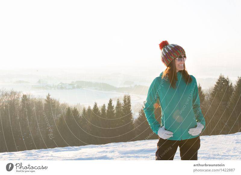 Frau im Winter Mensch Frau Natur Jugendliche Junge Frau Landschaft Freude Winter Wald kalt Erwachsene Leben Schnee feminin Glück Zufriedenheit