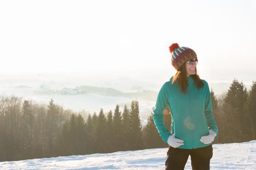 Frau im Winter Mensch Natur Jugendliche Junge Frau Landschaft Freude Wald kalt Erwachsene Leben Schnee feminin Glück Zufriedenheit