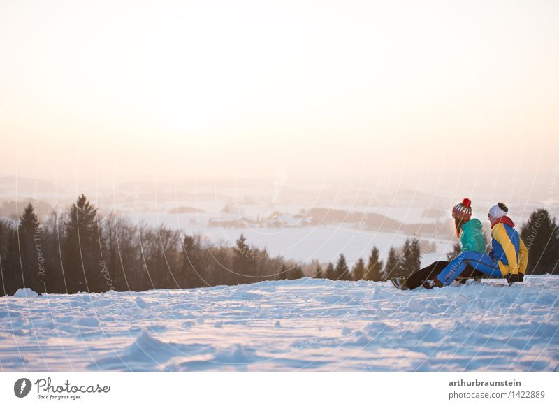 Junges Paar am Schlitten Freude sportlich Freizeit & Hobby Ferien & Urlaub & Reisen Ausflug Winter Schnee Winterurlaub Wintersport Mensch maskulin feminin