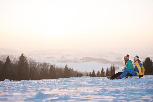 Junges Paar am Schlitten Mensch Natur Ferien & Urlaub & Reisen Jugendliche Junge Frau Junger Mann Landschaft Freude Winter kalt Erwachsene Leben Bewegung Schnee