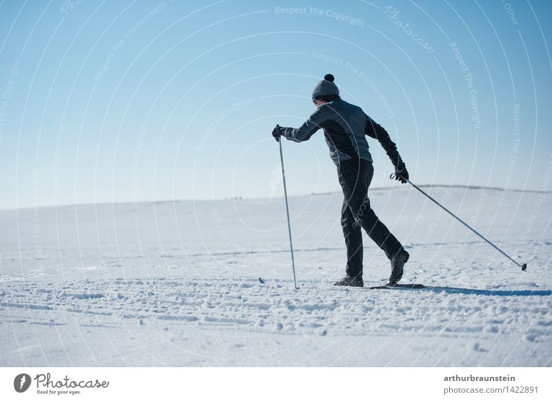 Langlaufen Mensch Himmel Natur Jugendliche weiß Junger Mann Landschaft Winter kalt Erwachsene Leben Bewegung Schnee Sport maskulin Freizeit & Hobby