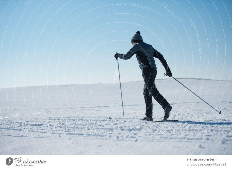 Langlaufen sportlich Fitness Freizeit & Hobby Winter Schnee Winterurlaub Sport Sport-Training Wintersport Sportler Skier Langläufer Skipiste Mensch maskulin