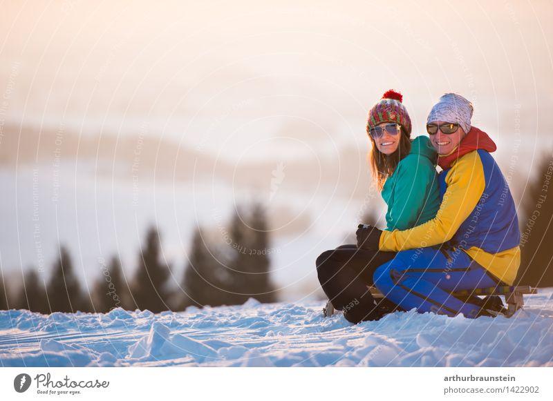 Winter Abenddämmerung zu zweit Lifestyle Freude Freizeit & Hobby Schnee Winterurlaub Mensch maskulin feminin Junge Frau Jugendliche Junger Mann Eltern