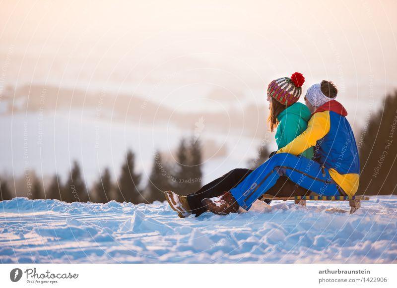 Schlittenfahren in der Dämmerung Mensch Natur Ferien & Urlaub & Reisen Jugendliche Junge Frau Junger Mann Freude Winter Wald kalt Erwachsene Leben Bewegung Schnee feminin Lifestyle
