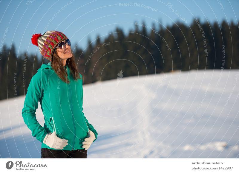 Wintersonne genießen Mensch Himmel Natur Ferien & Urlaub & Reisen Jugendliche Junge Frau Sonne kalt Erwachsene Leben Schnee feminin Lifestyle Zufriedenheit