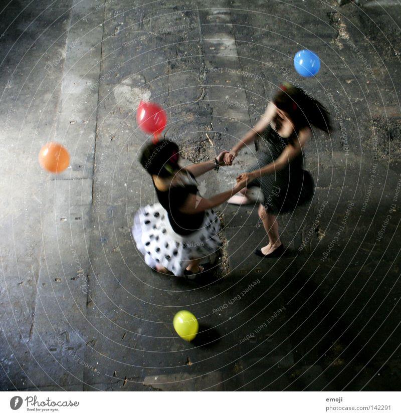 Röckchen hoch! Frau Jugendliche weiß Freude schwarz Farbe feminin Bewegung mehrfarbig Luft Tanzen Zusammensein Fröhlichkeit Bewegungsunschärfe Luftballon Flügel