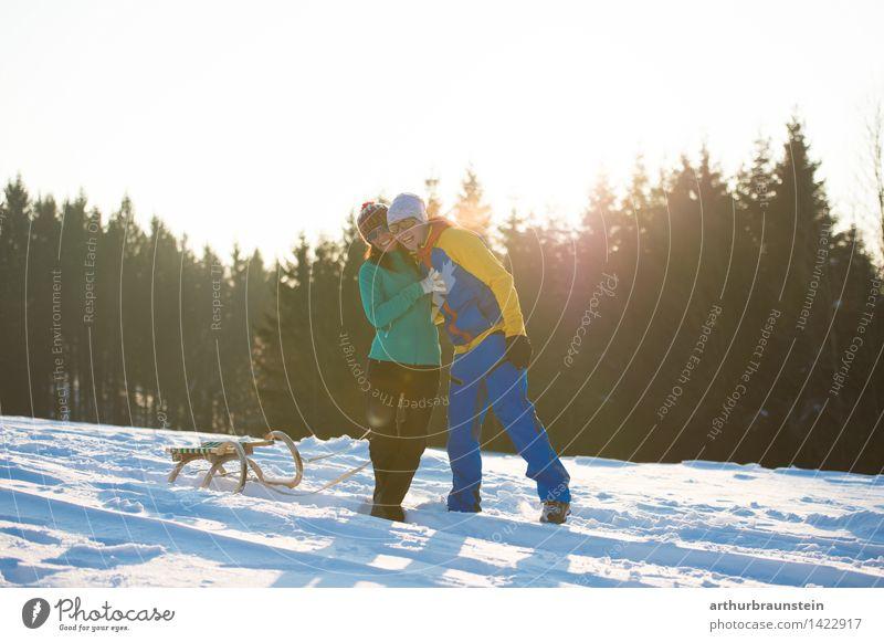Junges Paar im Winter Mensch Natur Ferien & Urlaub & Reisen Jugendliche Junge Frau Junger Mann Freude Wald kalt Erwachsene Leben Bewegung Schnee feminin Glück