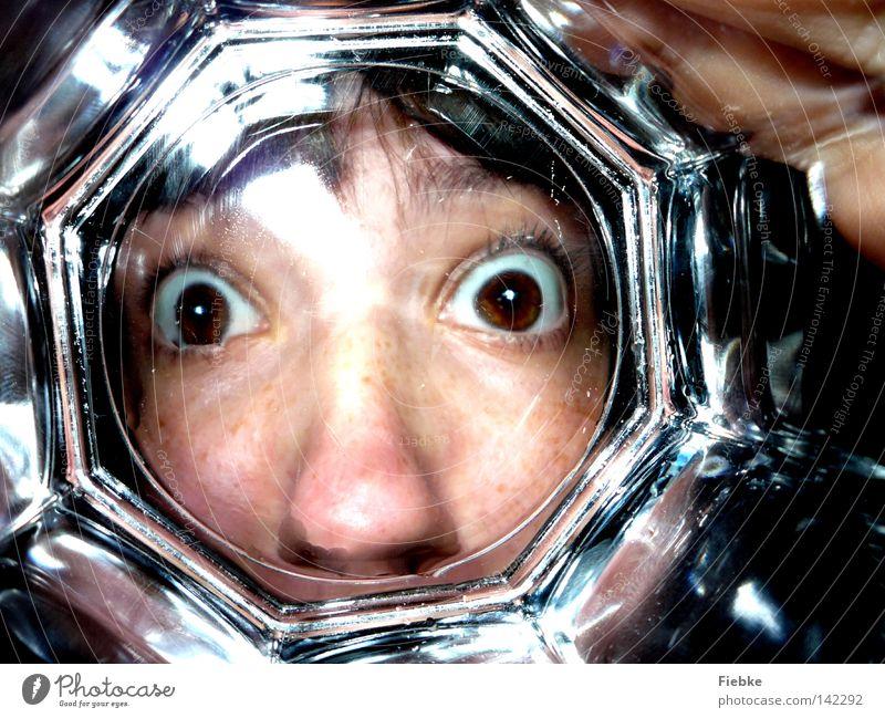 behind glass Glas rückwärts hinten leer Gesicht bleich Kopf Auge braun Blick entdecken groß Nase Wange Haare & Frisuren Reflexion & Spiegelung Trinkgefäß Hand
