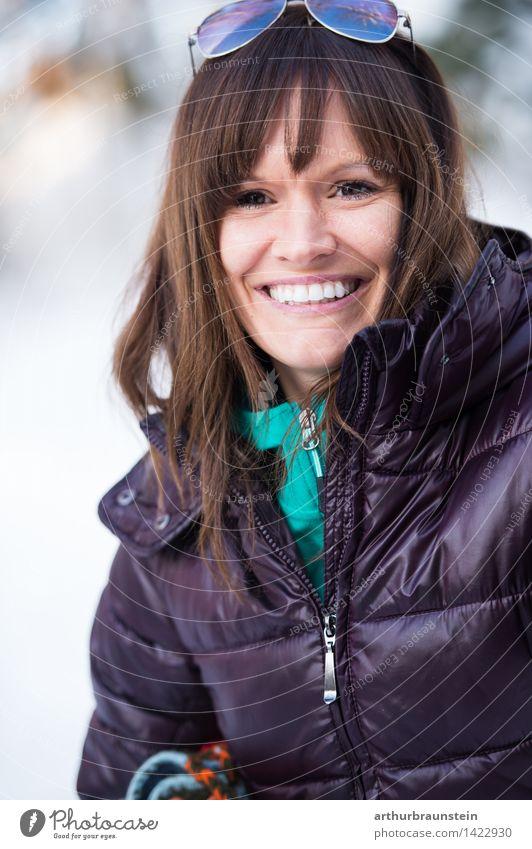 Junge Frau im Winter Mensch Natur Ferien & Urlaub & Reisen Jugendliche Freude Wald kalt Erwachsene Leben Gefühle Schnee feminin Glück Lifestyle