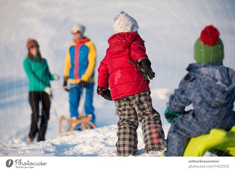 Familie beim Schlittenfahren Mensch Kind Natur Jugendliche Junge Frau Junger Mann Winter kalt Erwachsene Leben Bewegung Schnee feminin Spielen