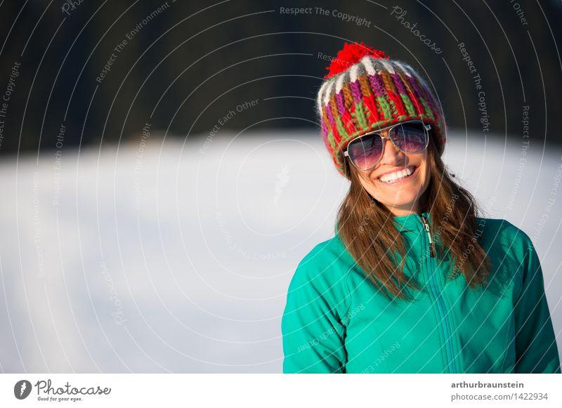 Junge Frau im Winter Mensch Natur Jugendliche weiß Landschaft Wald kalt Erwachsene Leben Schnee feminin lachen Lifestyle