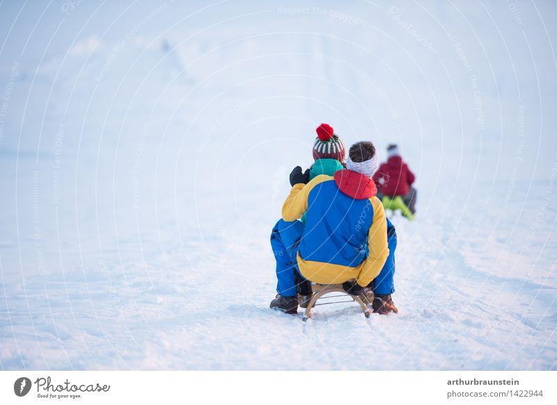 Familie am Schlitten Freude Ausflug Winter Schnee Winterurlaub Wintersport Mensch maskulin feminin Kind Junge Junge Frau Jugendliche Junger Mann Eltern