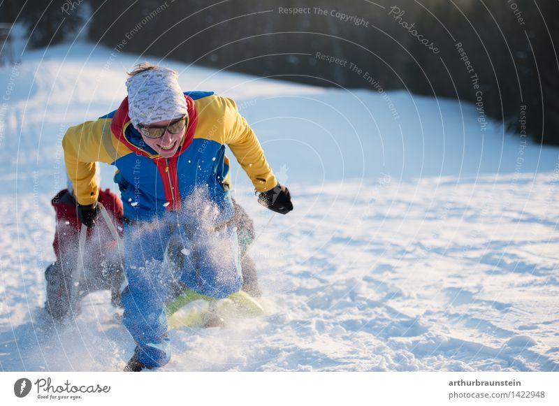 Junger Vater zieht Schlitten sportlich Freizeit & Hobby Ferien & Urlaub & Reisen Tourismus Ausflug Winter Schnee Winterurlaub Wintersport Bob Skipiste Mensch