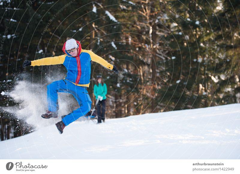 Junger Mann hat Spaß im Schnee Mensch Natur Jugendliche Junge Frau Freude Winter Wald kalt Erwachsene Leben Bewegung feminin Paar Freundschaft