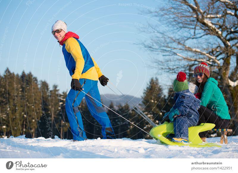 Familie im Winter Freude sportlich Tourismus Ausflug Schnee Winterurlaub Schlitten Mensch maskulin feminin Kind Junge Frau Jugendliche Junger Mann Eltern