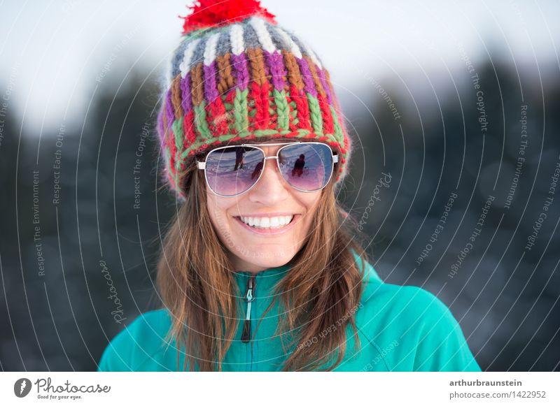 Winteroutfit Mensch Frau Natur Ferien & Urlaub & Reisen Jugendliche Junge Frau Freude Winter Wald kalt Erwachsene Leben Schnee feminin Glück Haare & Frisuren