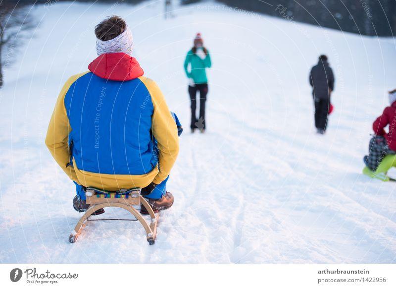 Junge Familie beim Schlittenfahren Mensch Kind Natur Ferien & Urlaub & Reisen Jugendliche Junge Frau weiß Junger Mann Freude Winter kalt Erwachsene Leben