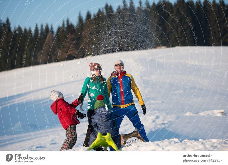Familie hat Spaß im Schnee Mensch Kind Natur Ferien & Urlaub & Reisen Jugendliche Junge Frau Junger Mann Freude Winter kalt Erwachsene Leben Bewegung feminin