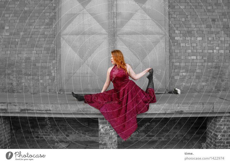 . feminin 1 Mensch Theaterschauspiel Bühne Tanzen Tänzer Mauer Wand Tür Kleid rothaarig langhaarig Bewegung außergewöhnlich elegant schön Begeisterung Kraft