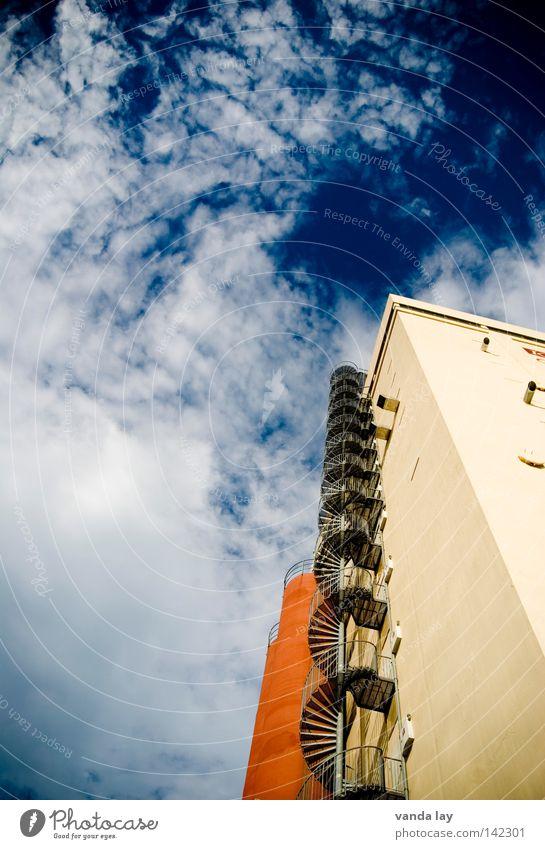 Stairway to Heaven Himmel blau Haus Wolken Gebäude orange Industrie Treppe Industrieanlage industriell Silo Wendeltreppe Industriebau