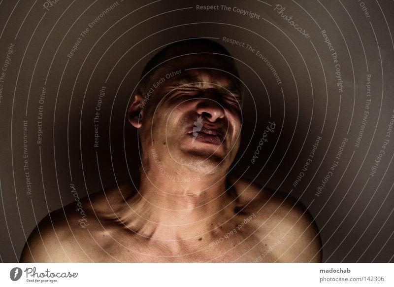 Portrait junger Mann nackt mit Glatze angestrengt angespannt Muskeln anspannen Porträt Oberkörper Vorderansicht Wegsehen geschlossene Augen Lifestyle Haut