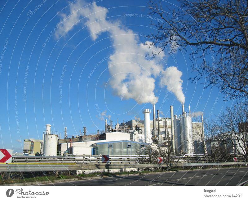 Fabrik im Herbst Leitplanke Industrie Isover Blauer Himmel Schornstein Rauch