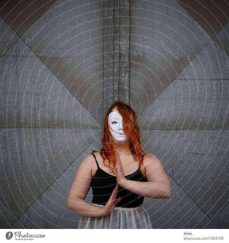 . Mensch Wand Leben Bewegung feminin Mauer Kunst Tür Kraft Kreativität Idee beobachten Kleid T-Shirt Leidenschaft Maske