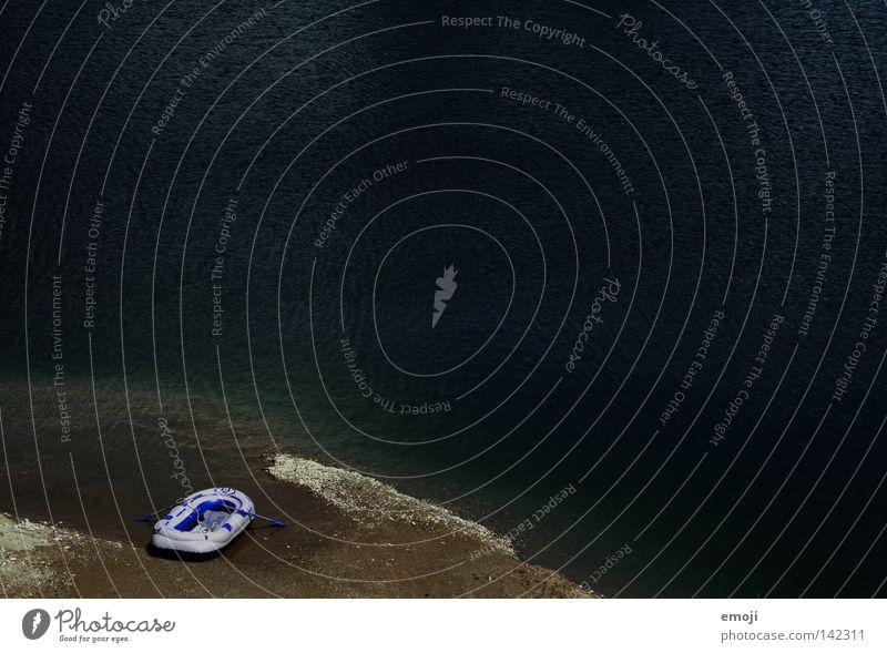 Boot Wasserfahrzeug klein Strand Kies Kieselsteine See Meer Ruderboot gestrandet Sommer Physik dunkel Ebbe Wellengang small Küste stranden boat lake sea water