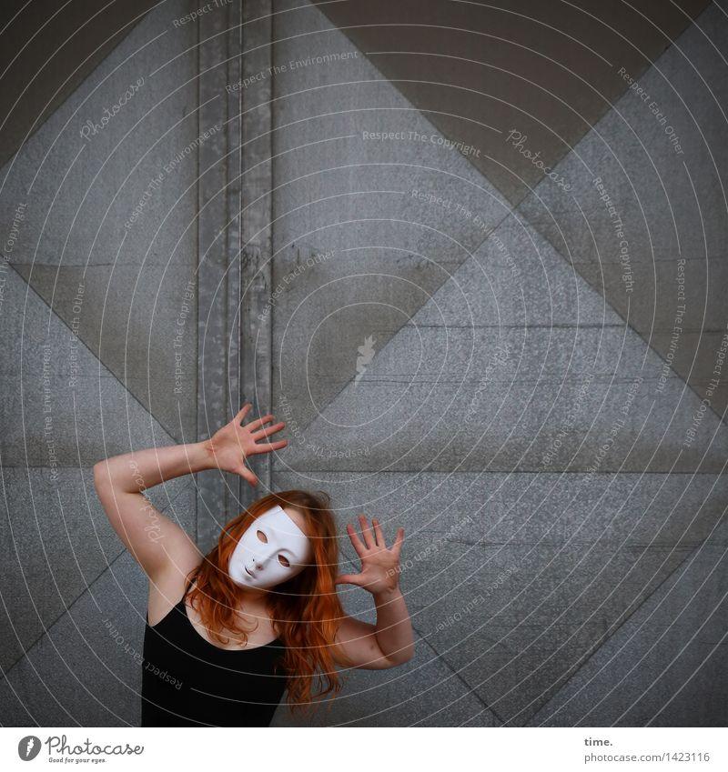 . feminin 1 Mensch Kunst Theaterschauspiel Schauspieler Tänzer Maske Mauer Wand Tür T-Shirt rothaarig langhaarig beobachten Blick Tanzen sportlich lustig schön