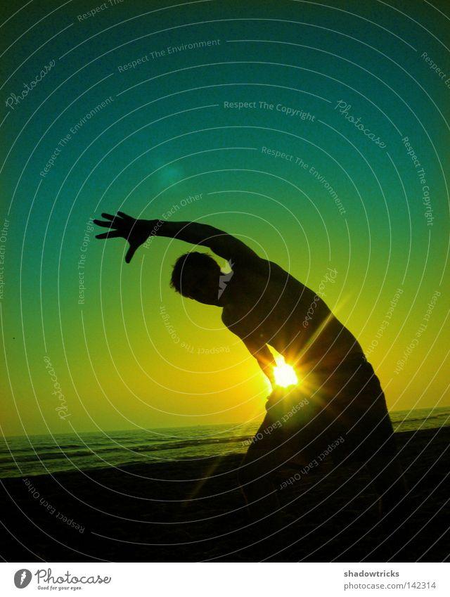 Viertelkreis Gegenlicht springen Wolken rot grün gelb Lebensfreude Körperhaltung Brasilien Sonnenuntergang Sonnenaufgang Turnen Wohlgefühl Gesundheit leicht