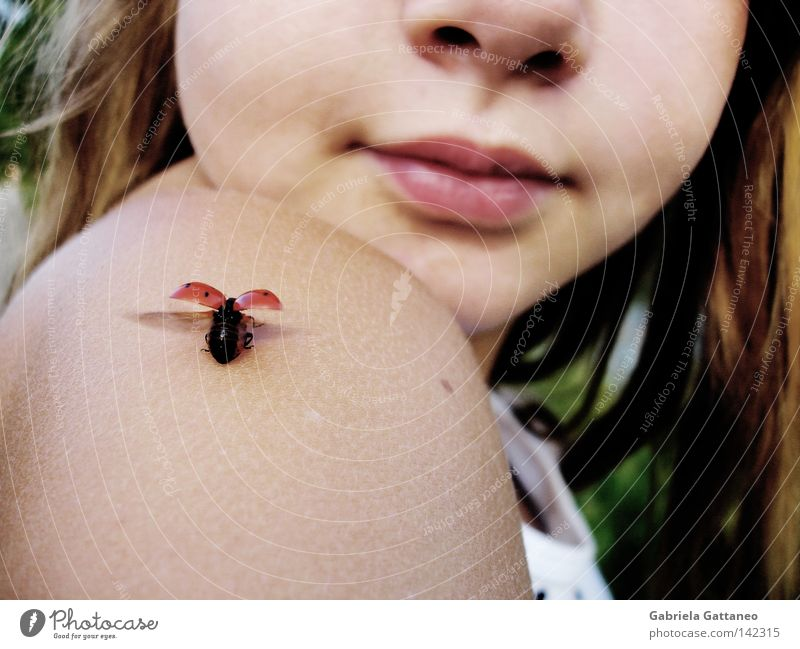 Das Glück bleibt. Mädchen rot Sommer Einsamkeit springen Kind Freiheit Haare & Frisuren Wege & Pfade Zufriedenheit Feld Haut klein fliegen frei