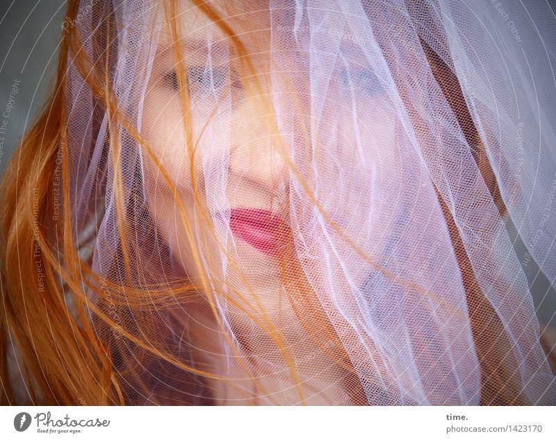 . feminin 1 Mensch Stoff Schleier Brautschleier rothaarig langhaarig beobachten genießen Lächeln Blick warten schön Freude Glück Fröhlichkeit Zufriedenheit