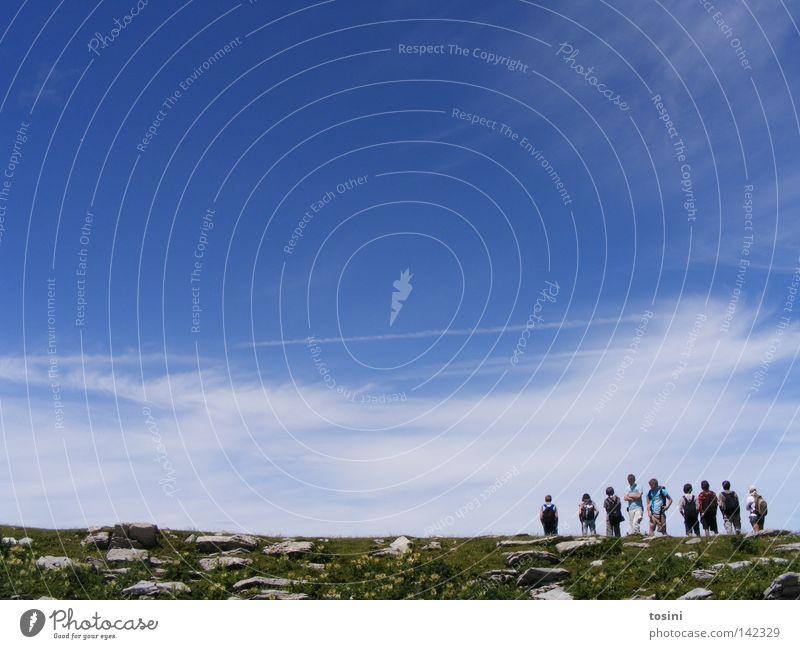 small people, big nature [5/5] Himmel Berge u. Gebirge Mensch Aussicht Ferne Stein Felsen Gras Natur wandern Menschengruppe klein groß Wolken Rucksack Schweiz