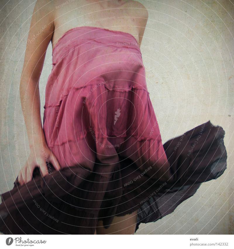 Butterflies are self propelled flowers. Frau Hand Arme rosa Bekleidung Kleid violett Schulter