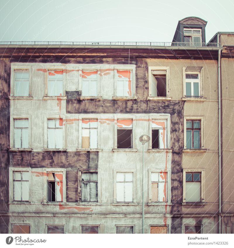 Ob hier noch wer wohnt? Alles streng geheim! Himmel Stadt alt Haus Fenster Wand Architektur Gebäude Mauer Lifestyle Stein Fassade Wohnung Design