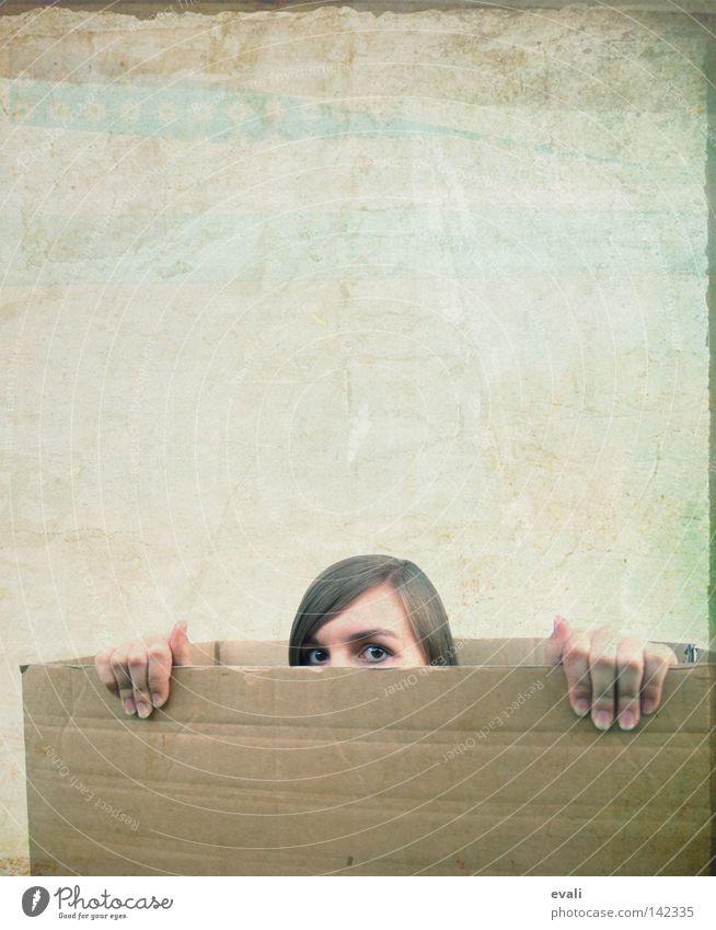 Tag 71 Frau Hand Gesicht Auge Haare & Frisuren Finger verstecken Lautsprecher Schachtel