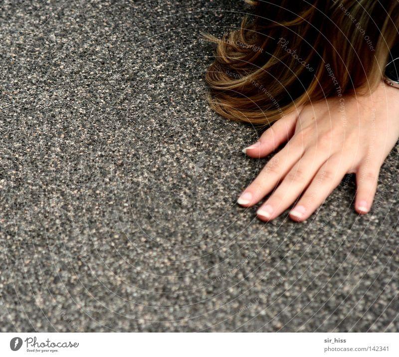 Kontakt! Frau Mensch Hand Gefühle Haare & Frisuren Stein Erde Beton liegen Finger Bodenbelag festhalten stoppen berühren Vertrauen Verkehrswege