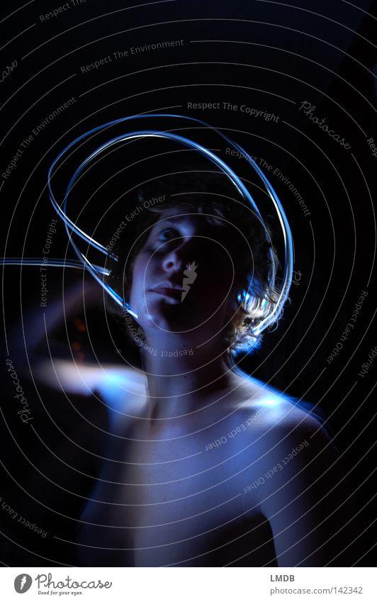 Gloriole blau weiß Freude Farbe Einsamkeit schwarz dunkel nackt Kopf Traurigkeit Denken träumen Beleuchtung Angst Arme leer