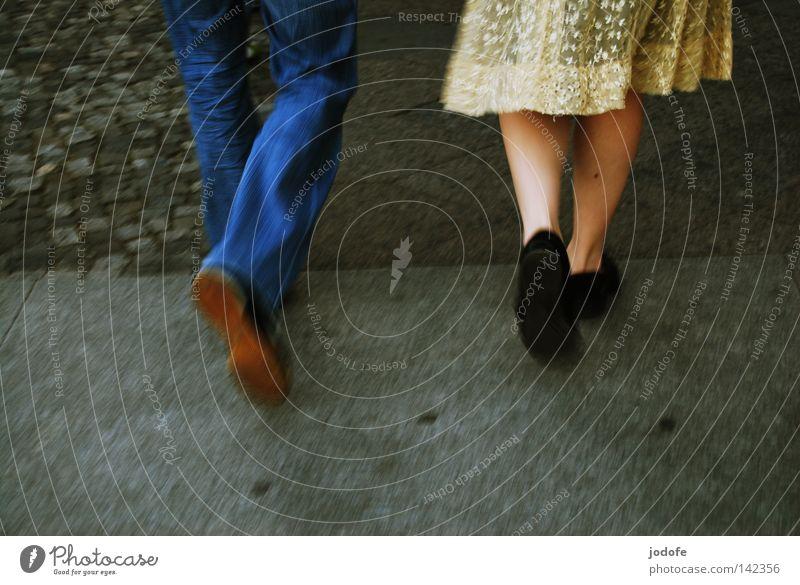 Bln 08 | In Bewegung II Lebewesen Kleid verziert Saum Frau feminin Hose schick lässig Turnschuh Bekleidung Bürgersteig pflastern Kies Kieselsteine gehen Wade