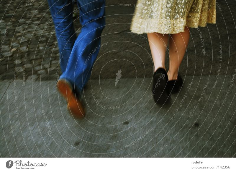 Bln 08 | In Bewegung II Mensch Frau Sommer feminin Wärme Glück Beine Paar Zusammensein gehen Erde Schuhe laufen Geschwindigkeit Fröhlichkeit