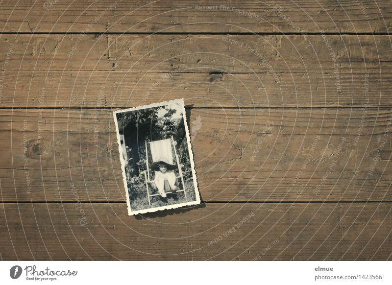 Im Liegestuhl ruhig Meditation Holz Schwarzes Brett alt historisch Originalität retro dankbar Hoffnung Müdigkeit Sehnsucht Einsamkeit Verbitterung Trauer Senior
